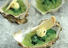Huître spéciale en habit vert, concombre à l'aneth, gelée de pomme verte, croustillant de pain de mie, beurre au caviar Sturia