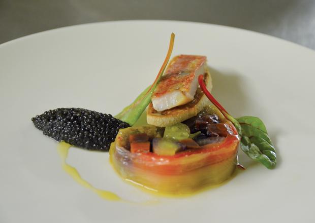 Petite bouillabaisse de rouget de roche en fine gelée, délicats grains de caviar Sturia, légumes safranés et ficelle de pain légèrement frooté à l'aioli