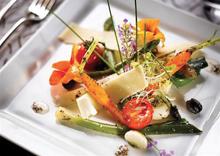 salade de legumes croquants à l'huile de truffe, oeufs de caille et copeaux de parmesan