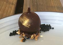 Sucette chocolat fumé, praliné noisette, grué de cacao, Caviar de Noël Sturia par Laurent Favre Mot