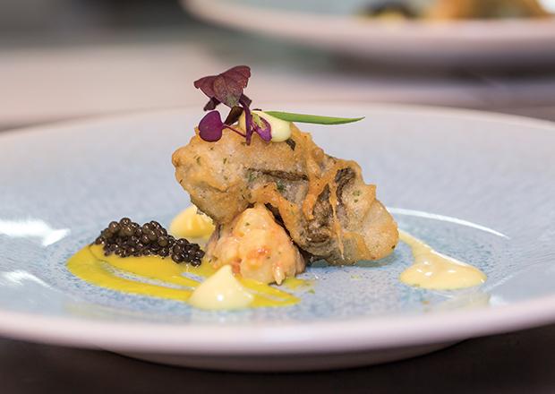 Tempura d'huître royale, salade de gambas os, papaye, pommes de terre rate, mayonnaise au curry , vinaigrette à la cardamome et citron vert, caviar Sturia Vintage