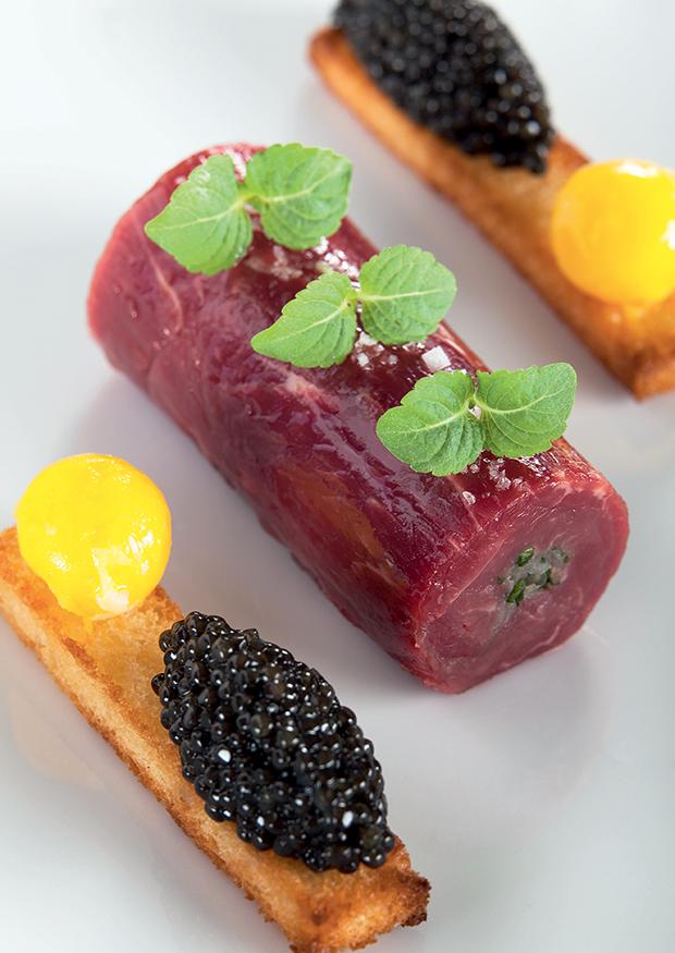 « L'Aquitaine » en carpaccio de boeuf de Bazas  et grains de caviar Sturia Primeur