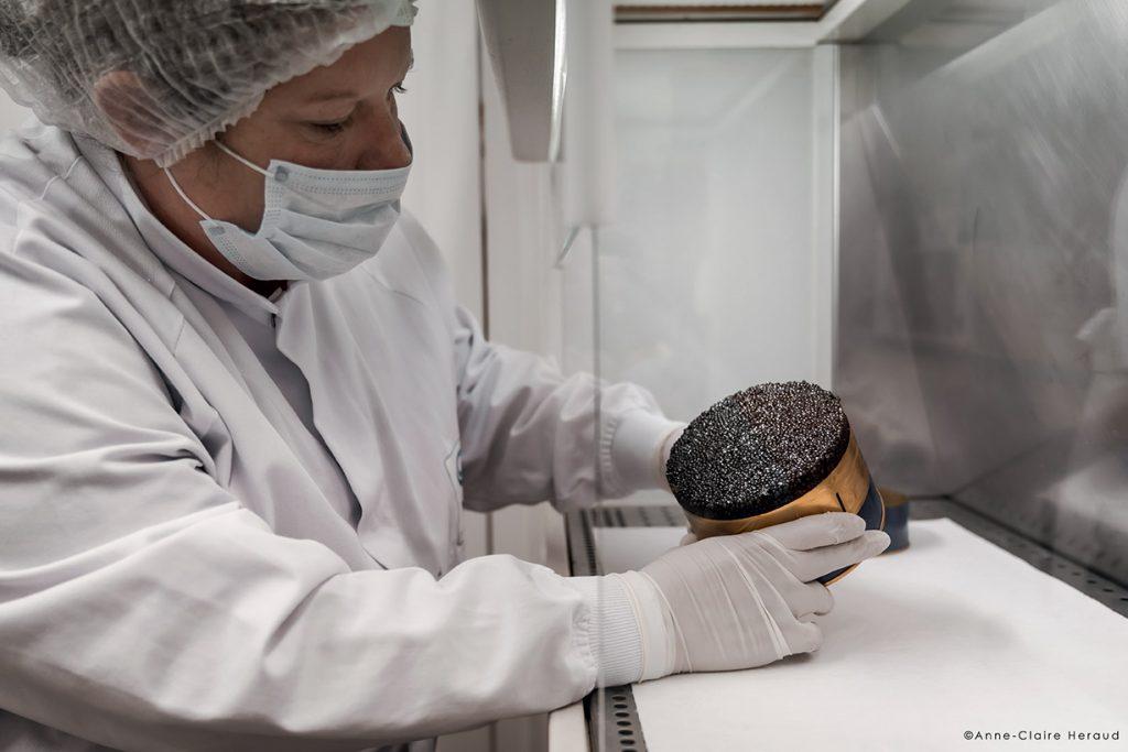 L'affinage du caviar © Anne-Claire Heraud Quelques jours, quelques semaines, quelques mois… Nos experts veillent au grain pour révéler le meilleur moment où le caviar aura atteint son optimum et pourra être commercialisé.