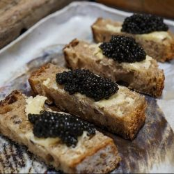 Recette : pain de campagne grillé, beurre demi-sel et caviar Sturia Primeur par Vivien Durand - © Los Andes Agency