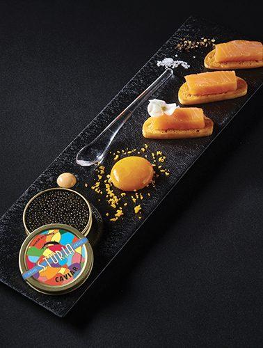 Recette : Saumon fumé, jaune d'œuf mi-cuit et caviar Sturia Vintage. En partenariat avec Qwehli